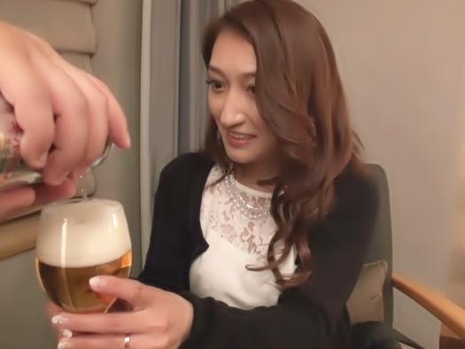 〝え・・…そんなに飲ませたらムラムラが始まるょ♡〟膣内射精寝取られ◆美人な人妻アルコール投入でマ○コの疼きが最高潮wwwwww