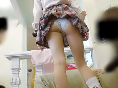 ★素人ナンパ〝おじさ~ん…あたいの外ビラ視える?〟ビッチギャル女子高生の貧弱下半身に興奮すめ変態オヤジたちwwwwwwwww