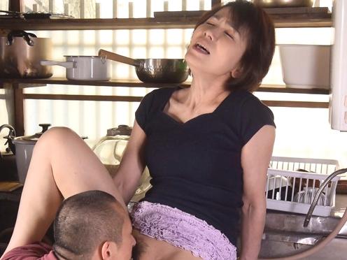 ☆☆母子交尾。。。六〇路になっても性欲が強杉ママ☆☆おバカ息子事も有ろうにパパにアヘ声が聞こえるよう寝取っちまうWWWW