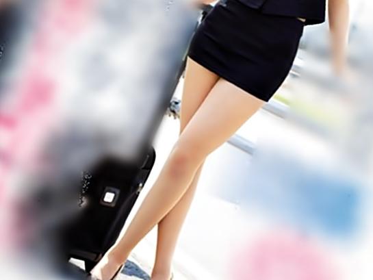 もうちょっとで…パンツ視えそう♡【現役CAデビュー(^^♪】この綺麗な御脚でエチだいしゅきってサイコウ杉~wwww