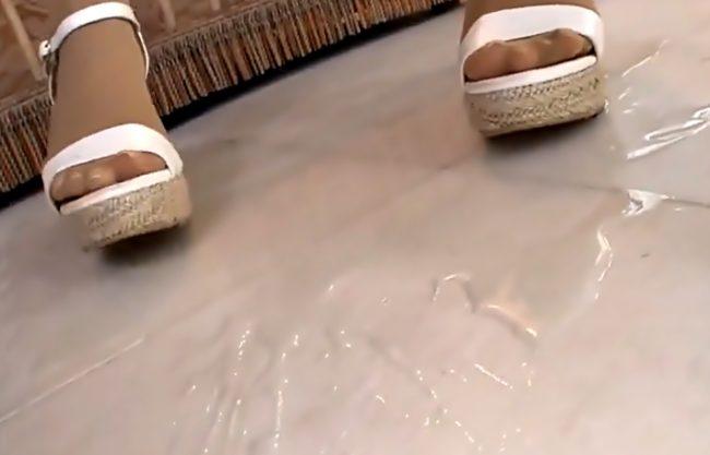 ごめんなさいオシッコで床・・・ベチャベチャ♡完全ドМに調教されちまった美少女パンスト着衣のまま豪快におもらしwwww