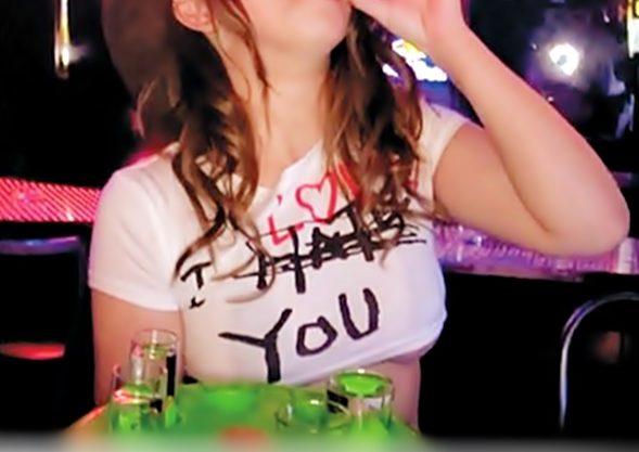 【チビTガールズバー(^^♪】お酒もザーメンも頂いちゃいます♡むっちりヤリマ◎コが店内で立ちバック中出しだと…wwwww
