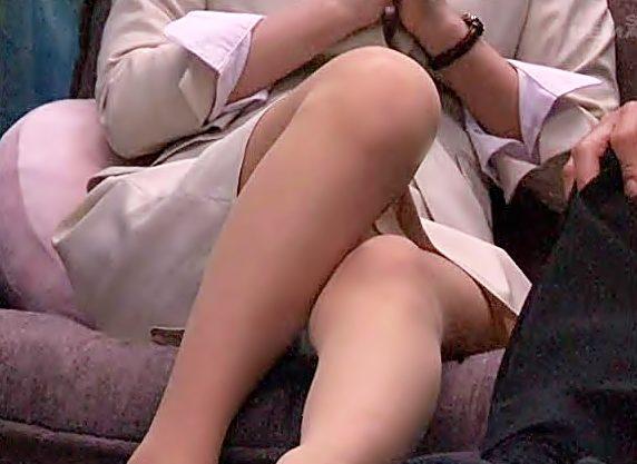 先輩♡綺麗な御脚スリスリさせてぇぇ~~(^^♪密室で美人上司と二人ッきりでオナニー見せ合いって。。勃起不可避しかねえぜwwww