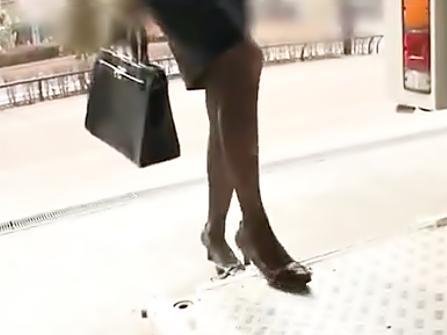 うっぉぉぉ♡これが最高級な黒パンスト御脚だぜ(^^♪フライト上がりの現役CAお姉さんの酸っぱい脚で勃起しちゃおうぜwwwww