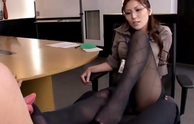【椎名ゆな(^^♪】酸っぱい脚…美味しいでしょ♡ド痴女ってるお局上司がヲタ男子社員を逆セクハラで悶絶させちまったwwwww
