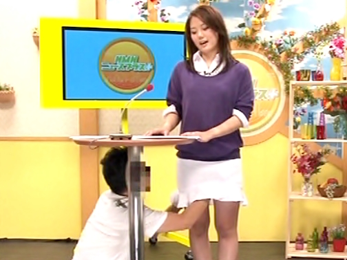 放送事故で。。。視聴率がうなぎ上り~~~(^^♪美脚お姉さんがヤバイやつの乱入で顔中チ◎コ汁でドロドロになっちまったwwwww