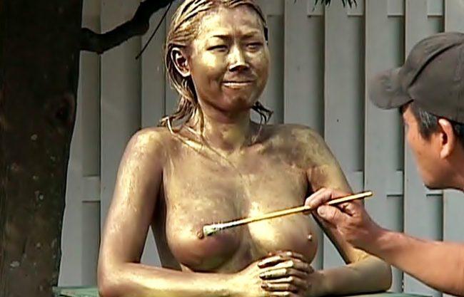 之は。。。クスグリ我慢それとも拷問?銅像になりきった女子なヤバイやつ達の羞恥露出責めが始まっちまったぁぁぁ~wwwwwwwww