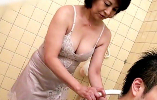 〚キケン。。。家族相姦(^^♪〛57才豊満ママが愛する僕ちゃんとのお風呂スキンシップで濃厚チ○コ汁搾り採っちまったwwwwwwwww