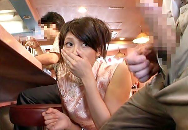 〚センズリ鑑賞。。。飲食店でかょ・・・(^^♪〛チャイナドレスのおねーさん反り返った肉棒に完全発情しちまったぁ~wwwwwwwww