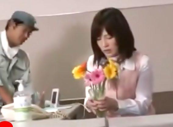 〚お漏らし受付嬢を・・・粛清だぁ(^^♪〛あうっっ我慢出来ない…この花瓶に!会社で放尿しちまったOLを犯しちゃうぜwwwwww