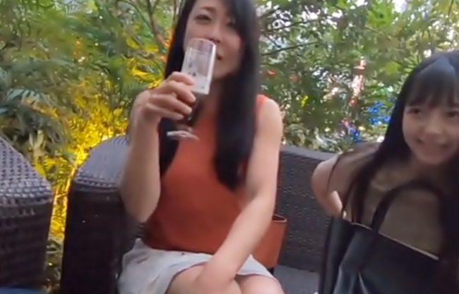 やだぁぁ~~~私。。。娘も居るオバサンだょ(^^♪マッ昼間からビール片手にノリノリマダムが年下くんに中出し許しちゃうぜwwwww