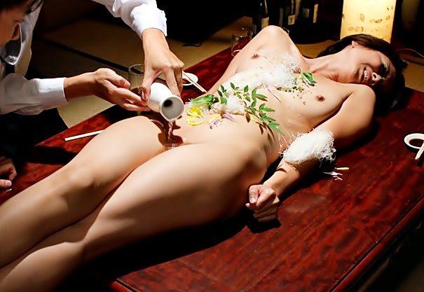 [桐岡さつき(^^♪]やめてぇぇぇ~~~!ドロンドロンな色気を振りまく未亡人ママが変態共に➡女体盛り&ワカメ酒に…wwwwwww