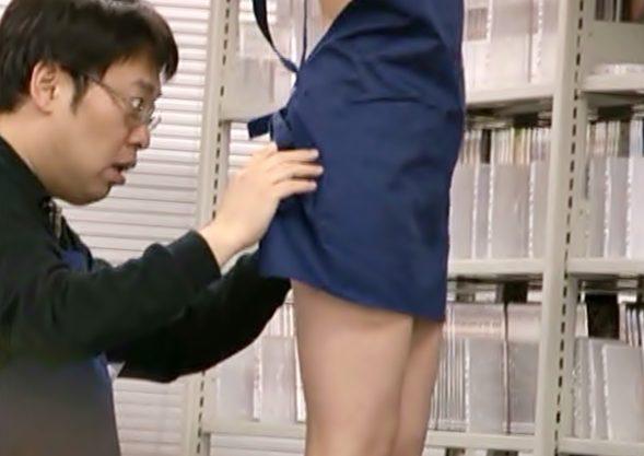 [麻倉憂(^^♪]え~~~店長パンツ履いてねえんだ>スケベおね~さんがバイト共をピンクマ●コでご奉仕し~~wwwwwwwwww