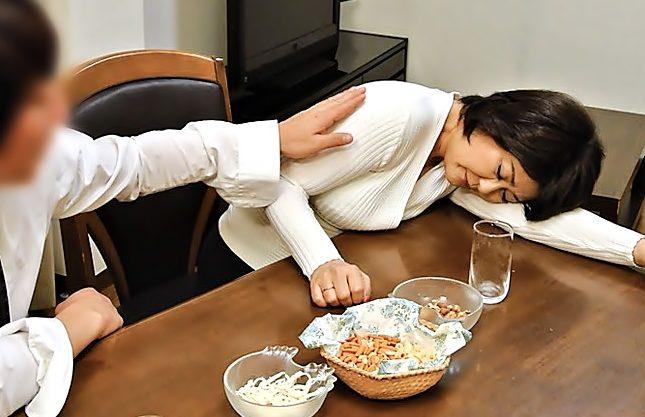 むにゅむにゃ飲めない(^^♪58歳のムチムチ~母ちゃんをバカ息子が酔わせて完熟マ◎コを貫いちまうぜwwwwwwwwwwwwwwww