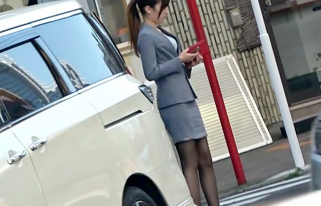 『車中ファック~(^^♪』御脚キレイ~~お仕事中の美女にイタズラしたら➡漏れちゃうほどアヘ声連発しちまったwwwwwwww
